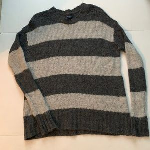 American Eagle small pull over sweater